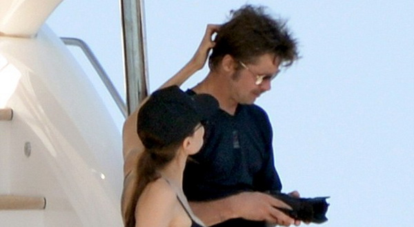 Bulan Madu, Angelina Jolie Kepergok Belai Rambut Suami