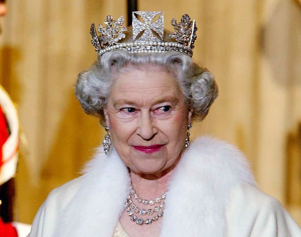 Ratu Elizabeth II Berhenti Gunakan Mantel Bulu Asli