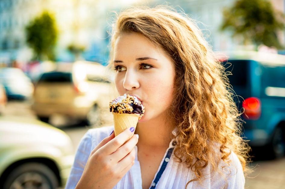 Khawatir Baju Putih Kotor Saat Makan?