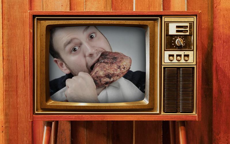 Alasan Aneh Makan Lebih Banyak saat Depan Televisi