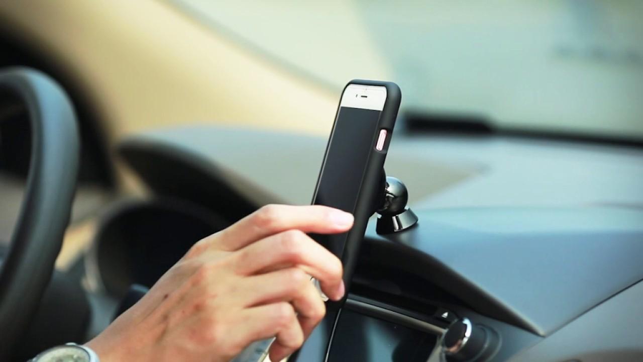 Stop Kebiasaan Mengisi Baterai Ponsel di Mobil