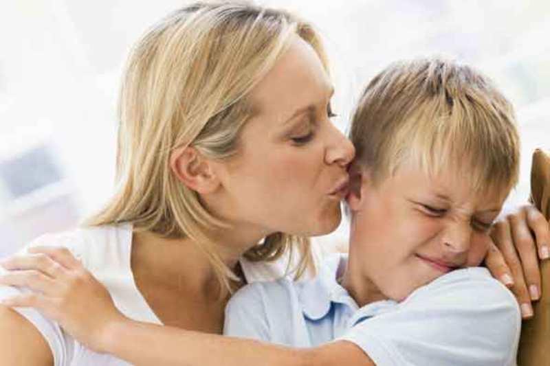 Dampak Negatif Ketika Memaksa Anak Untuk Mencium