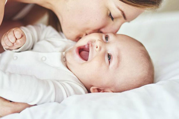 Mencium Bayi Baru Lahir Bisa Berbahaya!