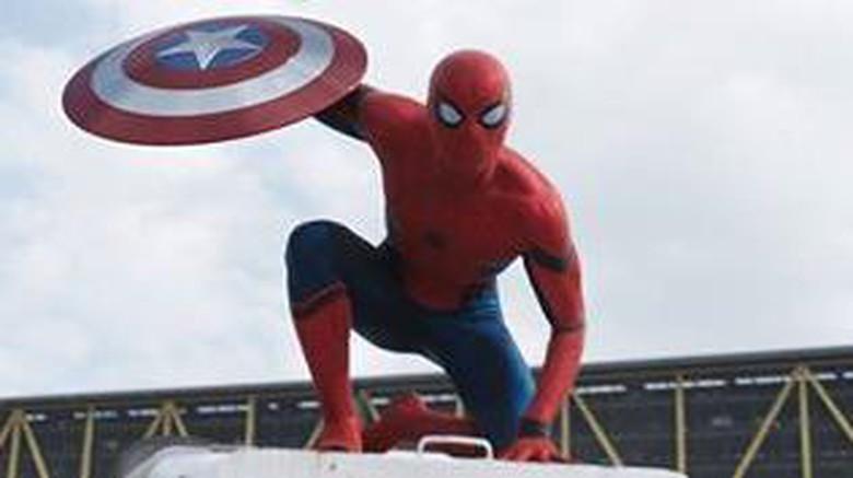 Melihat Detail Kostum Spider-Man Tom Holland