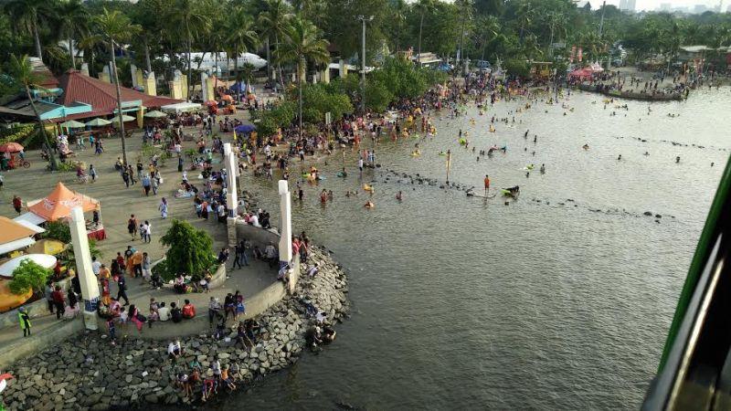 Hingga Pagi Ini, Pantai Ancol Masih Ramai Wisatawan