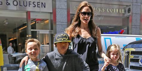 Ke Pasar Tradisional, Angelina Jolie Ajak Suami & Anaknya Belanja