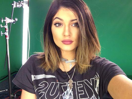Rahasia Bibir Seksi Kylie Jenner, Operasi?