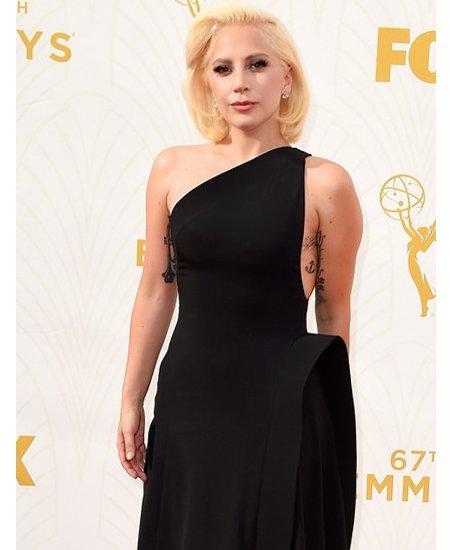Lady Gaga Tampil 'Normal' dengan Gaun Hitam di Emmy Awards 2015