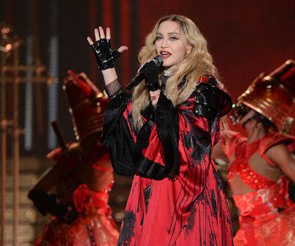 Madonna Sering Minta Penari Pria Untuk Mencium Kakinya