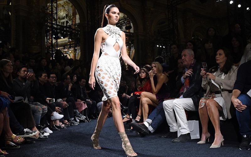 Pesona Kendall Jenner di Paris Fashion Week