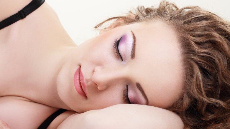 Tidur Dengan Makeup Sebabkan Banyak Kerusakan Kulit!!