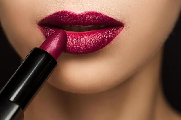Warna Lipstik yang Sesuai Bentuk Bibir