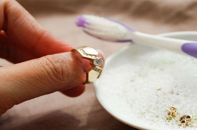 Tips Membersihkan Perhiasan Dengan Benar