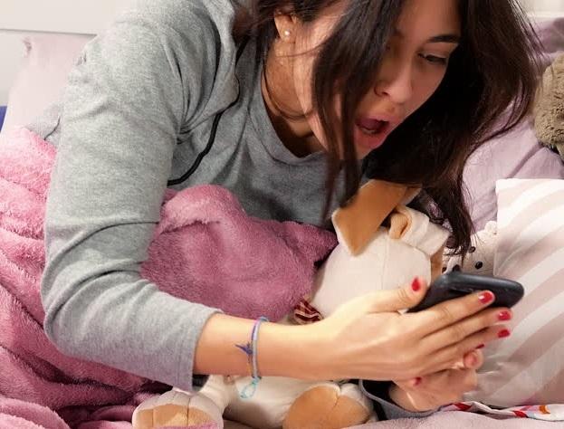 Bahaya Langsung Melihat Ponsel Saat Baru Bangun Tidur