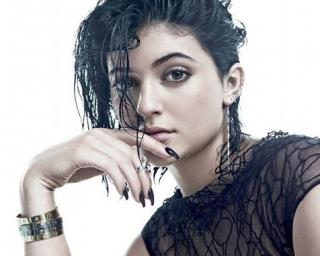 Saingi Kendall, Kylie Jenner Tunjukkan Bakat Sebagai Model
