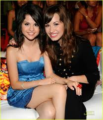 Demi Lovato Beberkan Alasan Unfollow Selena Gomez