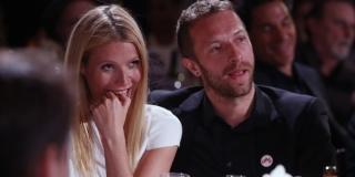 Terlihat Mesra, Chris Martin Tanggalkan Cincin Kawinnya