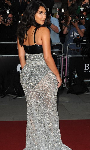 Kenakan Rok Transparan, Kim Kardashian Seksi
