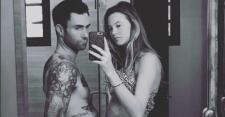 Adam Levine Pajang Foto Topless Istri di Instagram