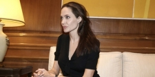 Angelina Jolie Marah-Marah Karena Brad Pitt Hubungi Mantan