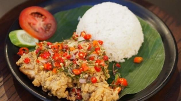 Makan Siang Pakai Ayam Geprek Sambal Matah, Bikin Semangat!