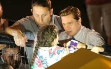 Brad Pitt Menolong Gadis Kecil yang Terjepit Kerumunan