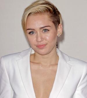 Ibunda Kesal Miley Cyrus Pamer Payudara