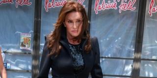 Caitlyn Jenner Emosional Saat Menjadi Wanita
