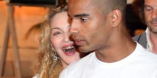 Gaya Baru, Madonna Hiasi Gigi Dengan Emas Bertabur Berlian