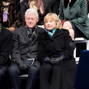 Hillary Marah Lihat Bill Clinton Pose Bareng Dua Pelacur