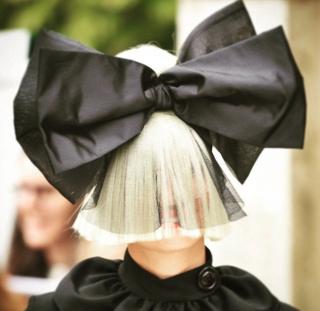 Pemalu, Sia Tutup Wajah Pakai Rambut dan Pita Besar di Venice Film Festival