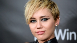 Tak Lagi Blonde, Miley Cyrus Kini Berambut Gelap & Panjang
