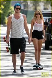 Miley Cyrus 'Buang' Baju Liam Hemsworth ke Tukang Loak