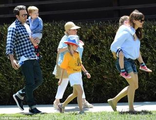 Jennifer Garner Bantah Hamil Anak Keempat