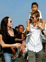 Brad Pitt Hadiahkan Jolie Kalung