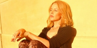 Tangisan Kylie Minogue saat Kenang Kisah Cintanya