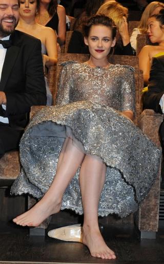 Kristen Stewart Tak Pakai Sepatu Saat Hadir di Festival Film?