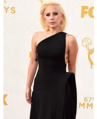 Lady Gaga Tampil 'Normal' dengan Gaun Hitam di Emmy Awards 2015