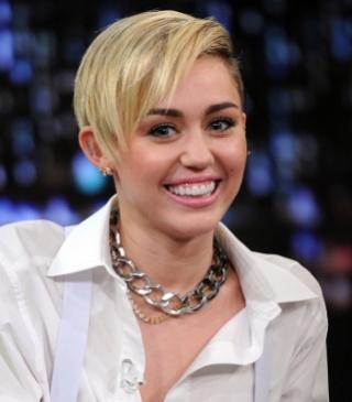 Miley Cyrus Tampil Sopan, Penonton Malah Kecewa.