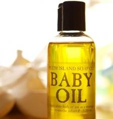 Jaga Kelembapan Kulit dengan Baby Oil saat Mudik