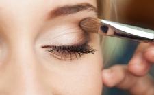 Riasan Mata yang Cocok untuk si Pengguna Kontak Lensa