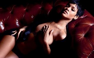 Rihanna Sempat Minder karena Berpayudara Kecil