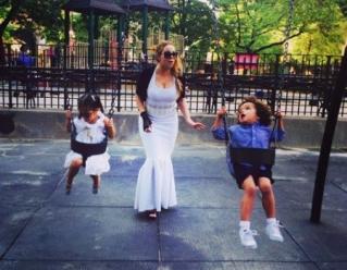 Tampil Stunning dengan gaun pestanya, Mariah Carey Temani anak bermain di Taman bermain.