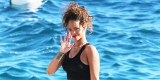 Saat Rihanna Nekat Pamer Bra di Depan Umum, Begini Jadinya