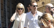 Serba Putih, Taylor Swift dan Tom Hiddleston Kepergok Jalan di Roma
