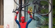 Tom Holland Bersepeda Kenakan Kostum Spider-Man