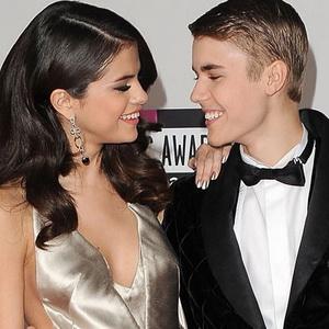 Selena Gomez Bantah Dikirimi Justin Bieber Foto Bugil