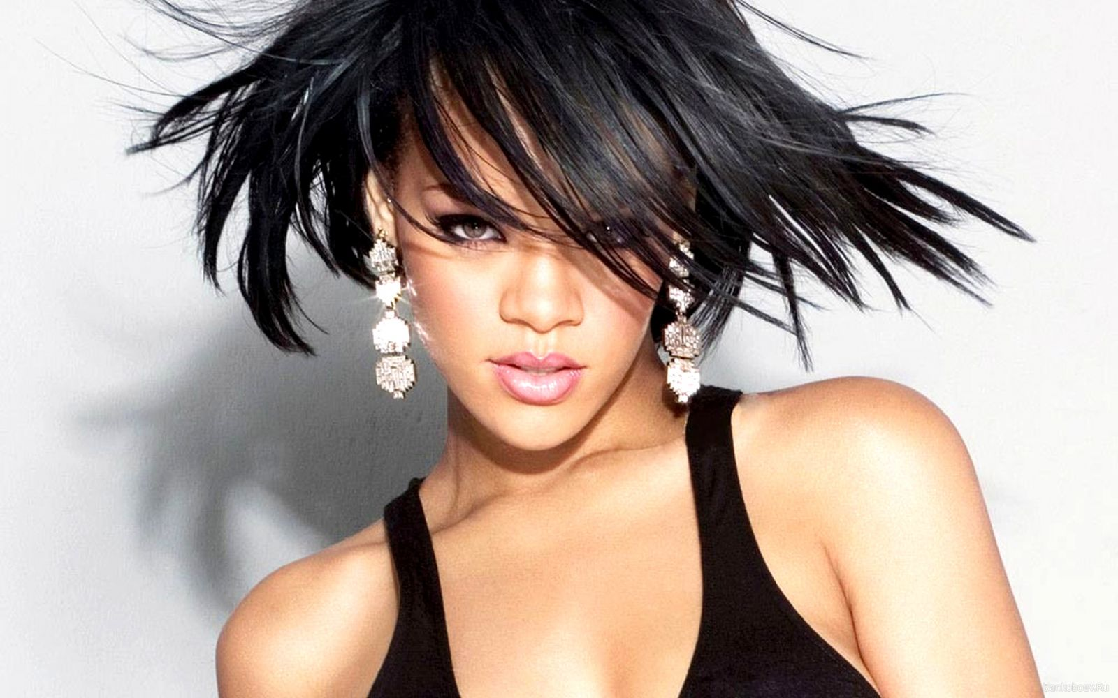 Rihanna : Aku Benci Berpesta