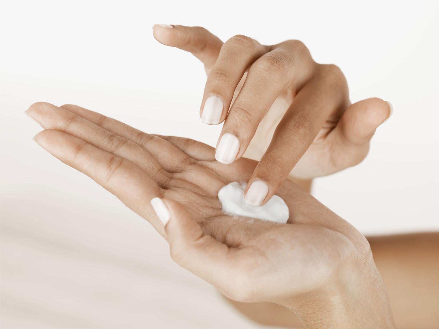 7 Manfaat Memakai Handbody Sebelum Tidur Malam