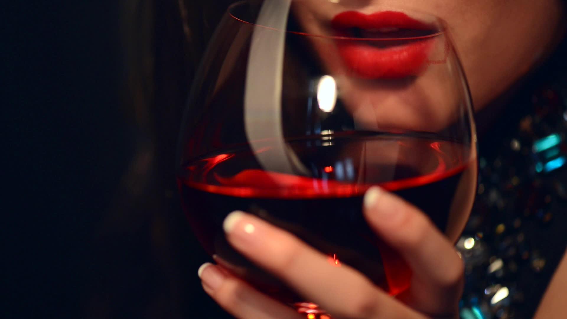WANITA AKAN TAMPAK LEBIH TUA JIKA SUKA MINUM ALKOHOL